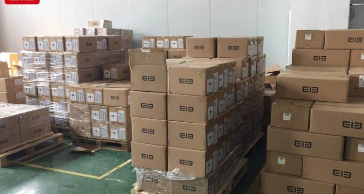 Lagerhalle mit Kartonkisten von Elephone